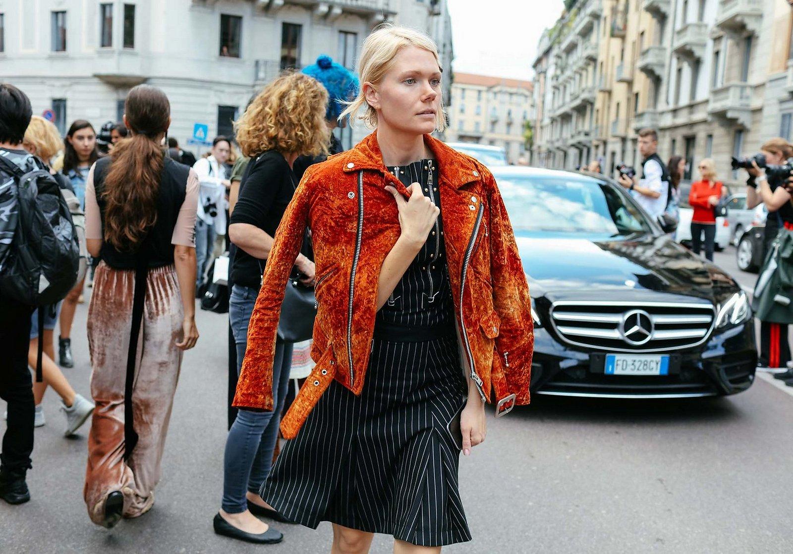 00-holding-street-style-velvet